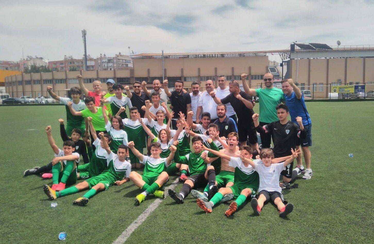 Manisa Büyükşehir Belediyespor U-14 takımının şampiyonluk sevinci
