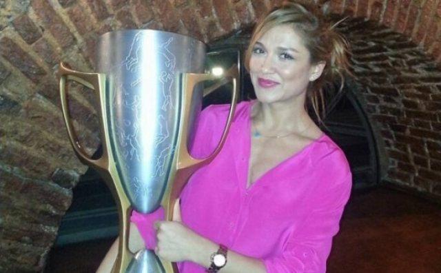 Esra Şencebe şampiyonluk kupası